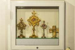 RELIKWIE. Od lewej strony: relikwie św.  Siostry Faustyny; Relikwie św. Jana Pawła II; Relikwie św. Ojca Pio; Relikwie bł. ks. Jerzego Popiełuszki